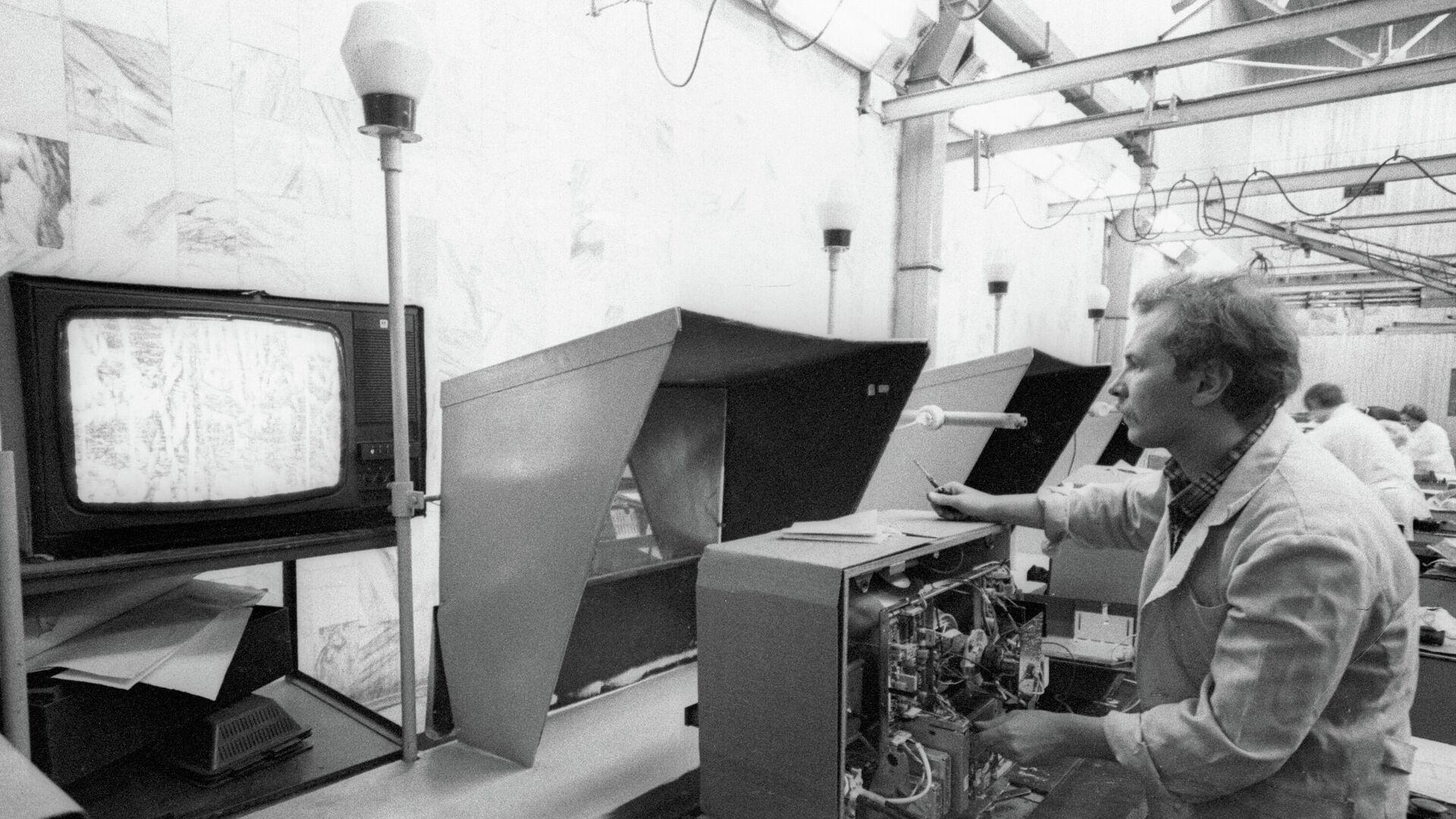 Сотрудник Московского производственного объединения Рубин регулирует телевизор Рубин-Тесла-Ц392Д - РИА Новости, 1920, 12.05.2020