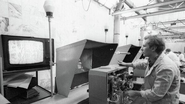 Сотрудник Московского производственного объединения Рубин регулирует телевизор Рубин-Тесла-Ц392Д