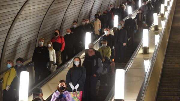 Пассажиры спускаются на эскалаторе станции Курская Московского метрополитена