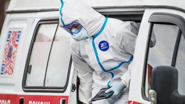 Медик выходит из машины скорой помощи в карантинном центре в Коммунарке