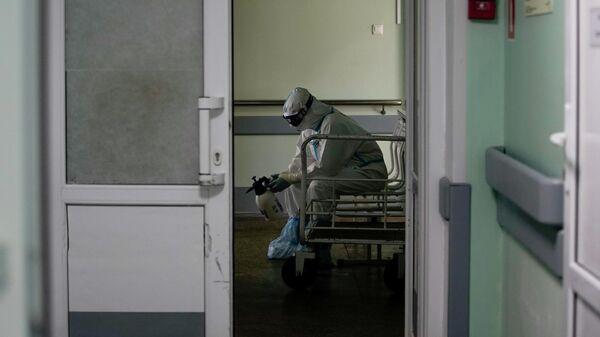 Медицинский работник в стационаре для больных с коронавирусной инфекцией на базе Тверской областной клинической больницы