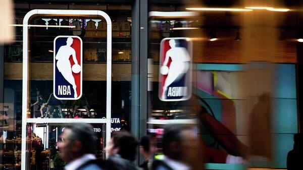 Логотип НБА в Нью-Йорке