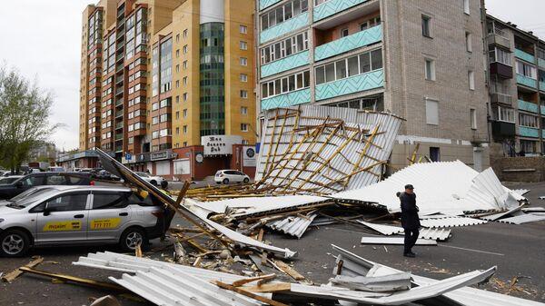 Разрушенная кровля здания в результате урагана в центральном районе Читы
