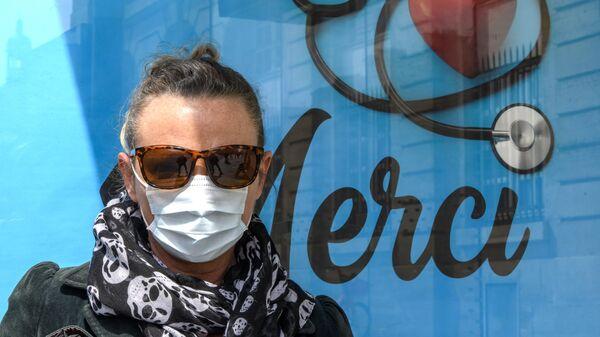 Женщина на автобусной остановке в Париже