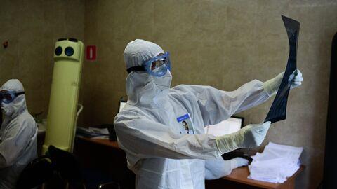 Врачи городской клинической больницы имени В. В. Виноградова, переоснащенной для лечения пациентов с  COVID-19