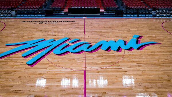 Логотип клуба НБА Майами Хит на баскетбольной арене American Airlines Arena