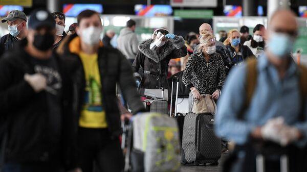 Пассажиры в аэропорту Шереметьево в Москве