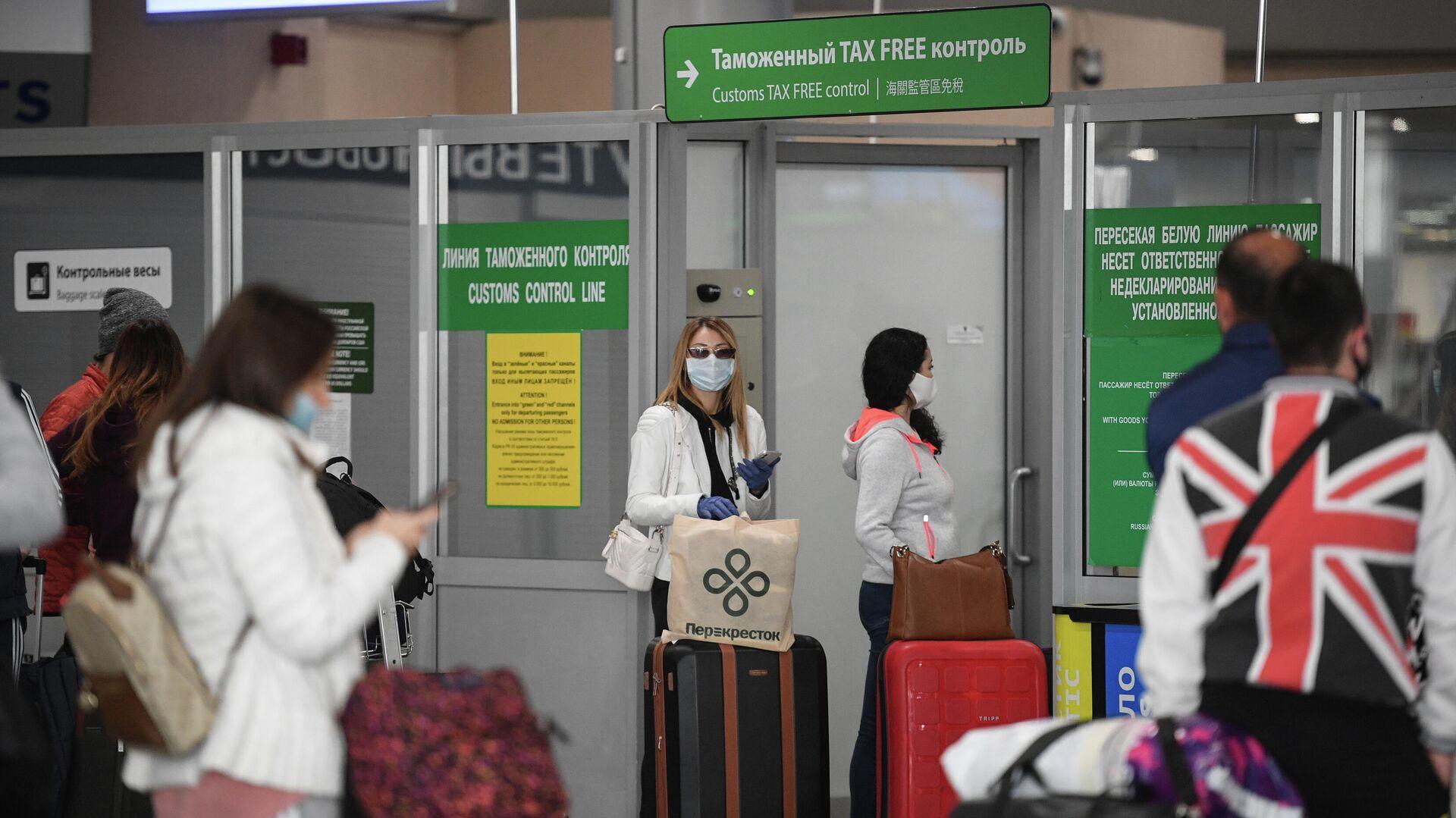 Пассажиры в аэропорту Шереметьево в Москве - РИА Новости, 1920, 14.01.2021