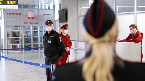Сотрудники полиции и Роспотребнадзора в аэропорту Храброво в Калининграде