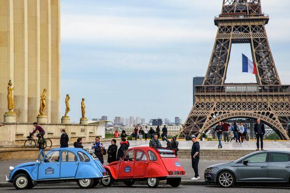Прохожие на площади Трокадеро в Париже