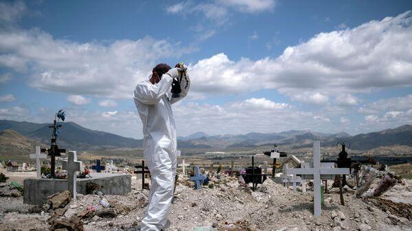 Подготовка к захоронению умерших от COVID-19 на муниципальном кладбище в Тихуане, штат Нижняя Калифорния, Мексика