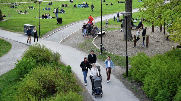 Жители Стокгольма в парке Раламбшов во время пандемии коронавируса COVID-19