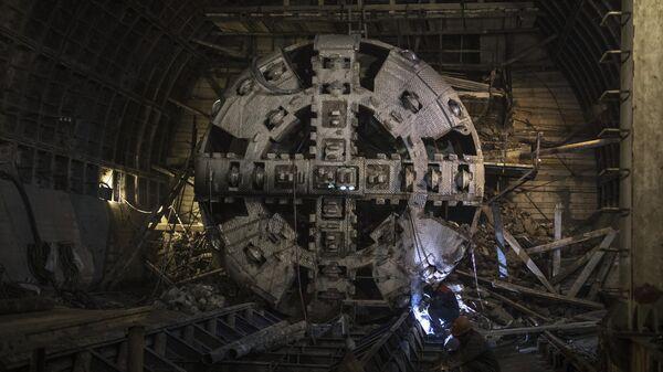 Тоннелепроходческий щит в демонтажной камере во время строительства станции московского метрополитена Нижняя Масловка