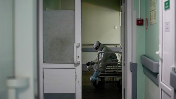 Медицинский работник в стационаре для больных с коронавирусной инфекцией