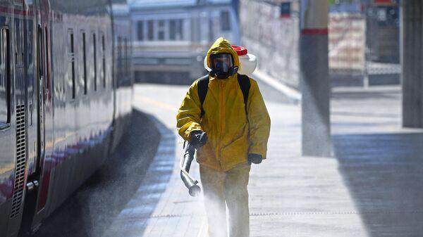 Сотрудник МЧС РФ проводит дезинфекцию на Курском вокзале в рамках мер по борьбе с распространением коронавирусной инфекции