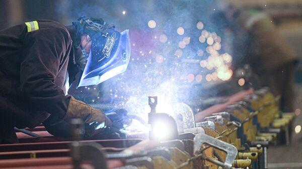 Рабочий в сборочном цехе завода Метровагонмаш в подмосковных Мытищах