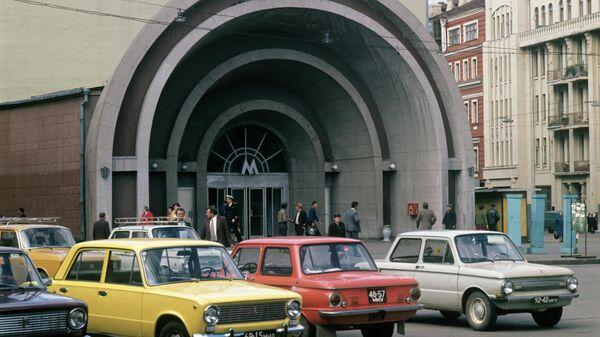 У станции метро Лермонтовская (ныне Красные ворота) в Москве