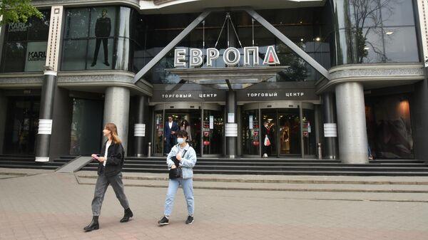 Прохожие у торгового центра Европа в Одессе
