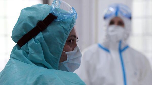 Медицинские работники в защитных костюмах