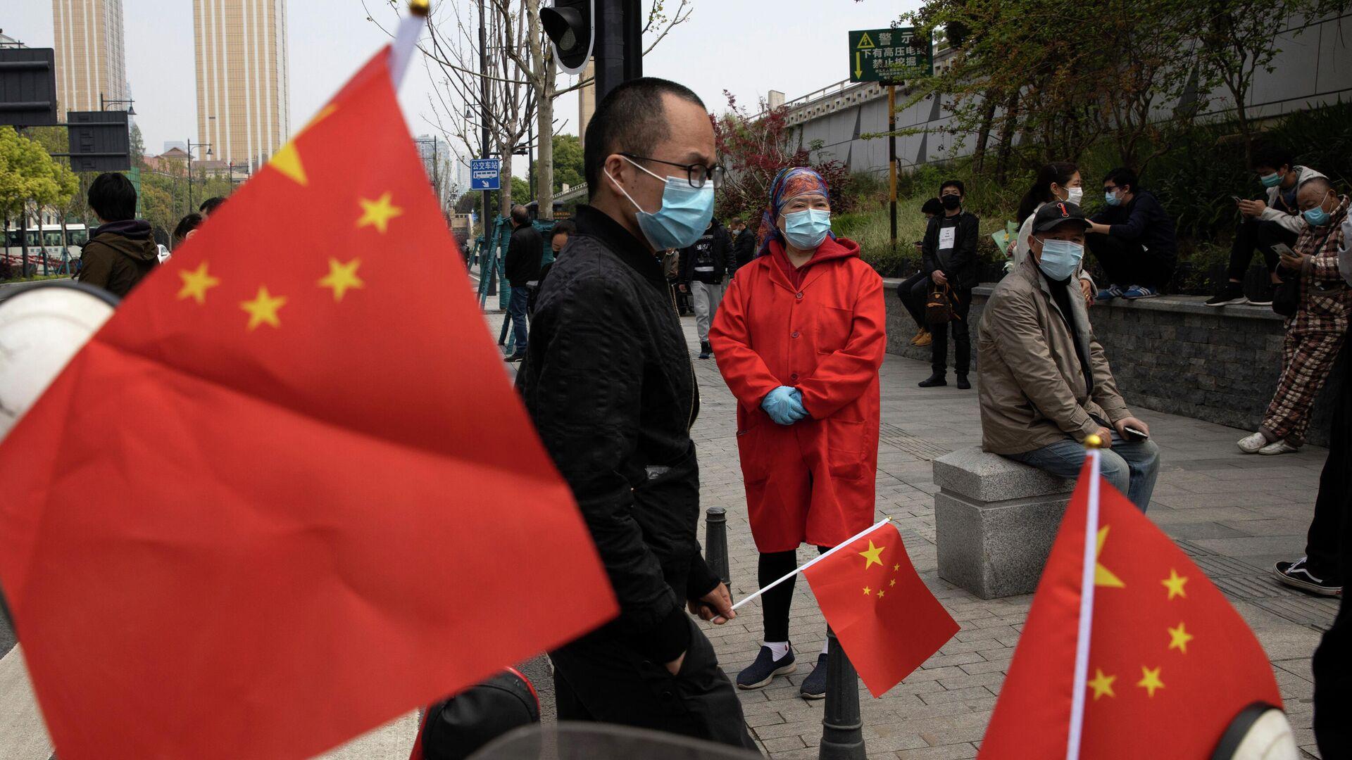Люди с флагами Китая в провинции Хубэй - РИА Новости, 1920, 14.06.2021