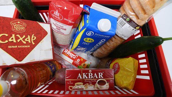 Корзина с продуктами в одном из магазинов города Казани