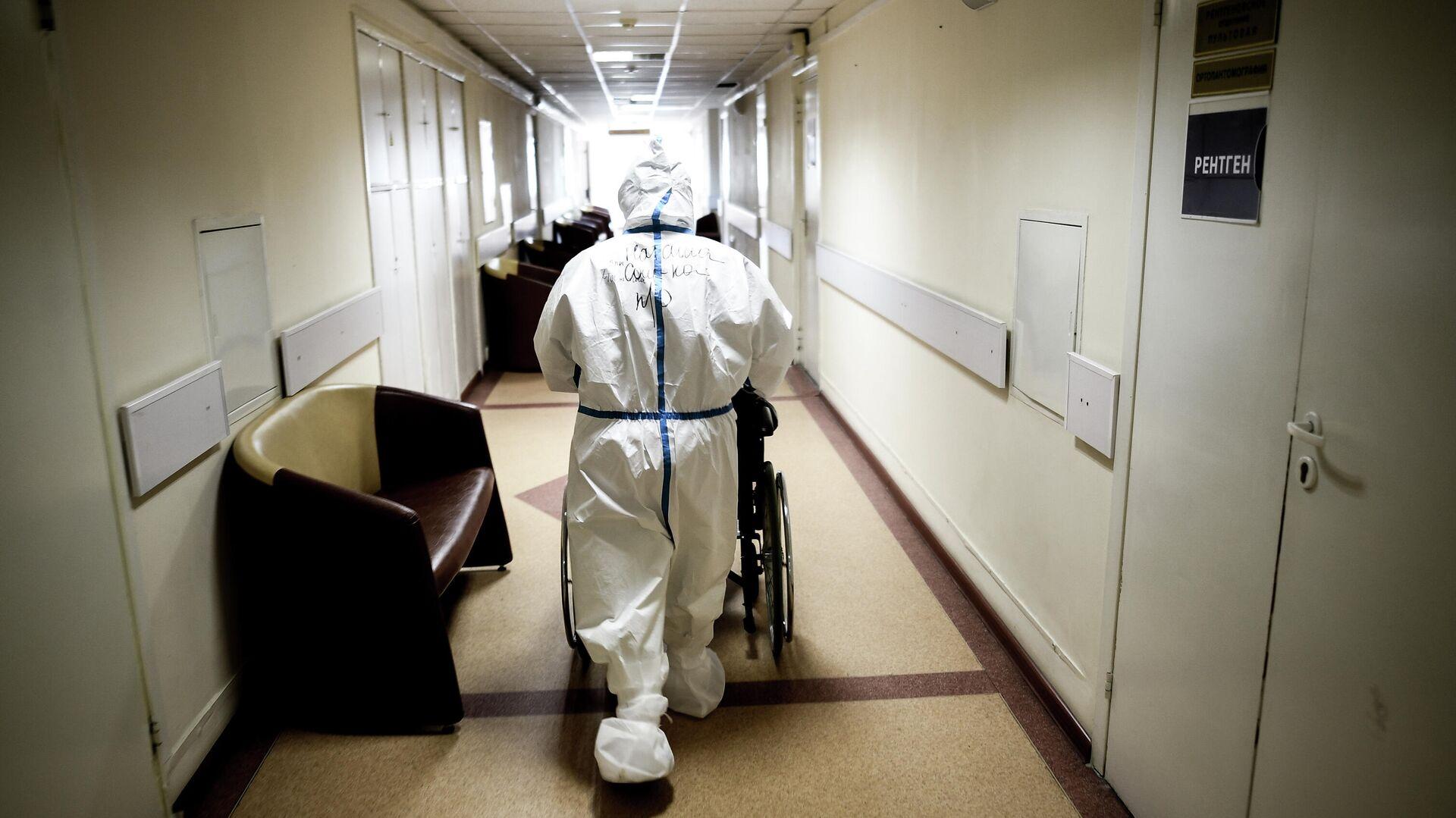 Врач в центральной клинической больнице РЖД-Медицина в Москве, где проходят лечение больные с COVID-19 - РИА Новости, 1920, 02.05.2021