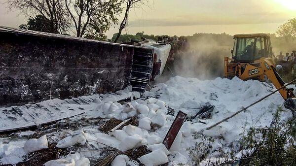 На месте столкновения двух грузовиков, один из которых перевозил людей, в районе индийского города Аурайя в штате Уттар-Прадеш