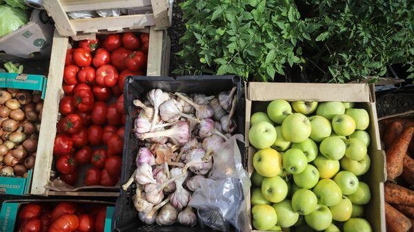 Продажа овощей на ярмарке выходного дня