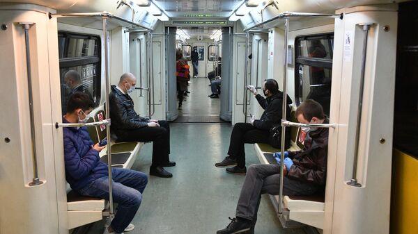 Пассажиры в поезде метро в Москве