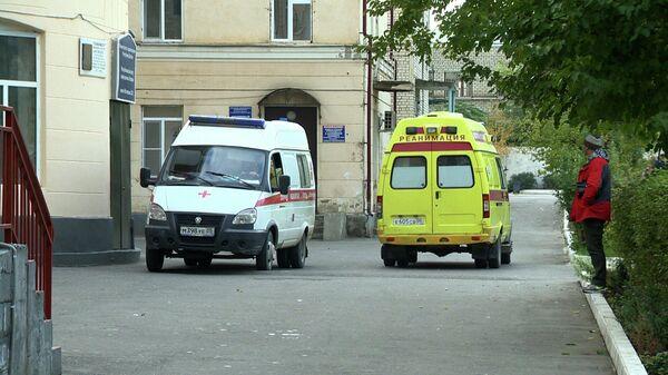 Автомобили скорой помощи у Республиканского центра инфекционных болезней в Махачкале