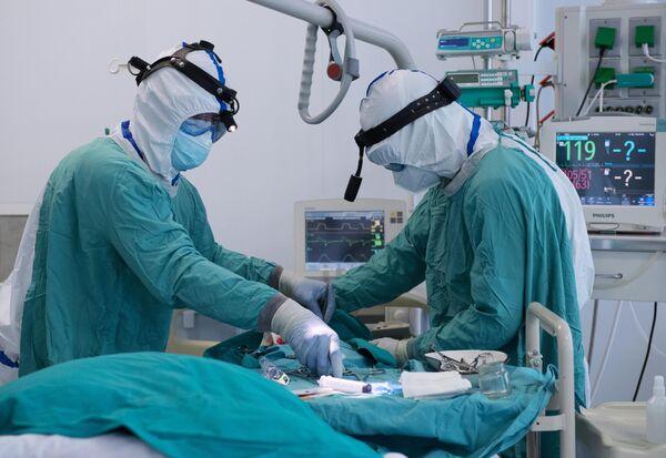 Медицинские работники проводят малоинвазивную процедуру в отделении реанимации и интенсивной терапии госпиталя COVID-19 в ГКБ No1 имени Н.И. Пирогова в Москве