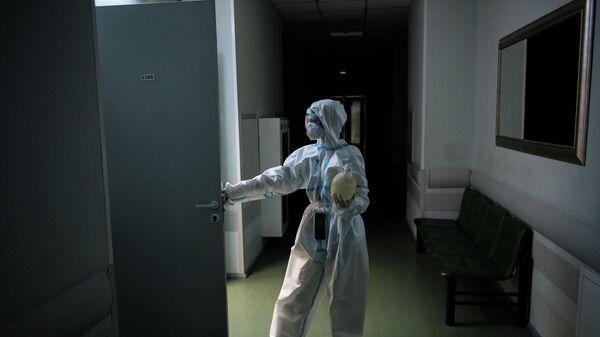 Медицинский работник в коридоре госпиталя
