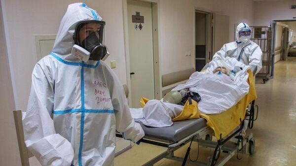 Медицинские работники транспортируют пациента на исследование в госпитале COVID-19 в ГКБ No1 имени Н.И. Пирогова в Москве
