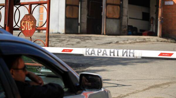 Шлагбаум на въезде на территорию Иркутской областной инфекционной больницы