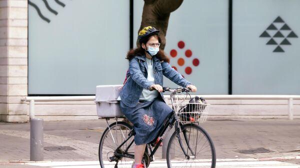Женщина на велосипеде на одной из улиц Тель-Авива