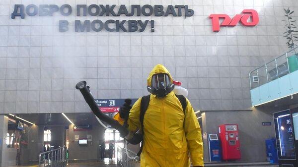 Сотрудник МЧС РФ проводит дезинфекционную обработку Ленинградского вокзала