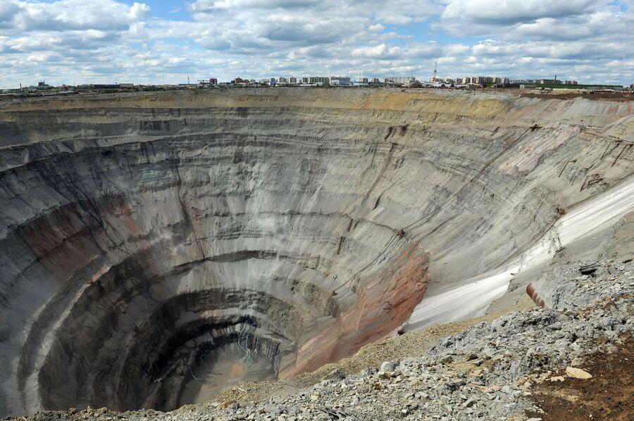 Вид на разработку кимберлитовой трубки Мир недалеко от города Мирный