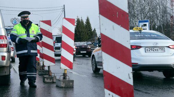 Инспекторы дорожно-патрульной службы проверяют документы у водителей на автотрассе М-2 Крым при въезде в Тульскую область