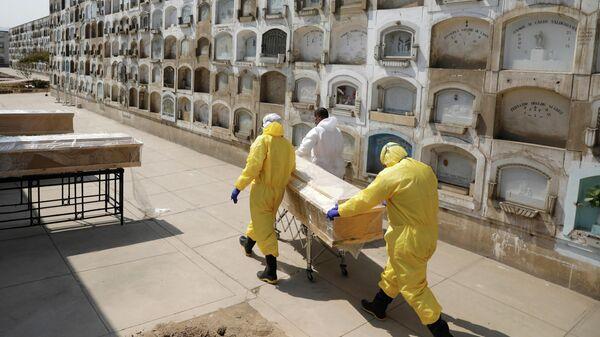 Похороны умершего от коронавируса в Лиме, Перу