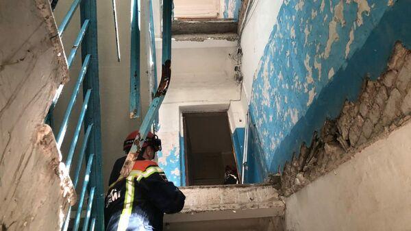 На месте обрушения лестницы в жилом доме в городе Энгельс в Саратовской области