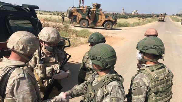 Российские и турецкие военные патрулируют сирийскую трассу Алеппо-Латакия