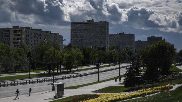 Редкие прохожие на Большой Черкизовской улице в Москве во время режима самоизоляции жителей