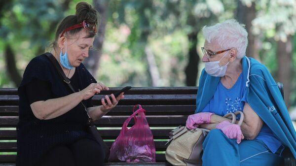 Пожилые женщины в медицинских масках