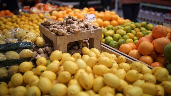 Прилавок с цитрусовыми в супермаркете
