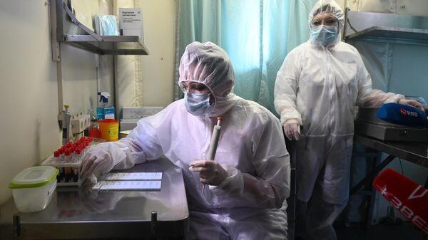 Медики в клинико-диагностической лаборатории сборного пункта военного комиссариата Ростовской области