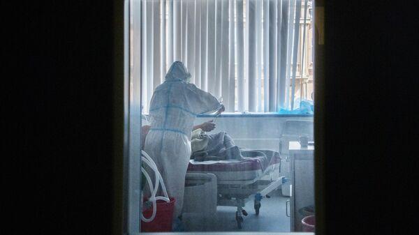 Пациент с врачом в палате для больных коронавирусной инфекцией