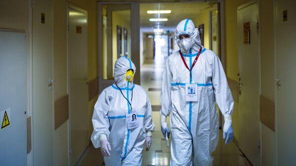 Главный врач Василий Михайлов (справа) в коридоре Университетской клинической больницы №2 Первого МГМУ им. И. М. Сеченова