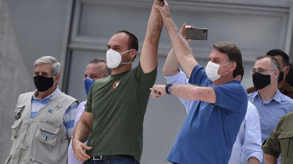 Президент Бразилии Жаир Болсонару  и его сын Эдуардо Болсонару во время акции протеста против Верховного суда и Национального конгресса Бразилии