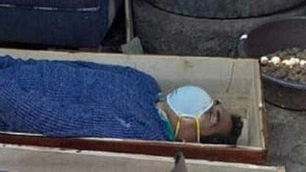 Мэр города Тантара в Перу Хайме Роналдо Урбина Торрес притворился мертвым