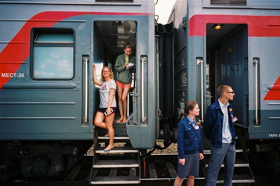 Проводники и пассажиры на станции